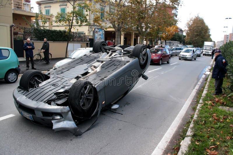 O carro do acidente virou no meio da estrada foto de stock royalty free
