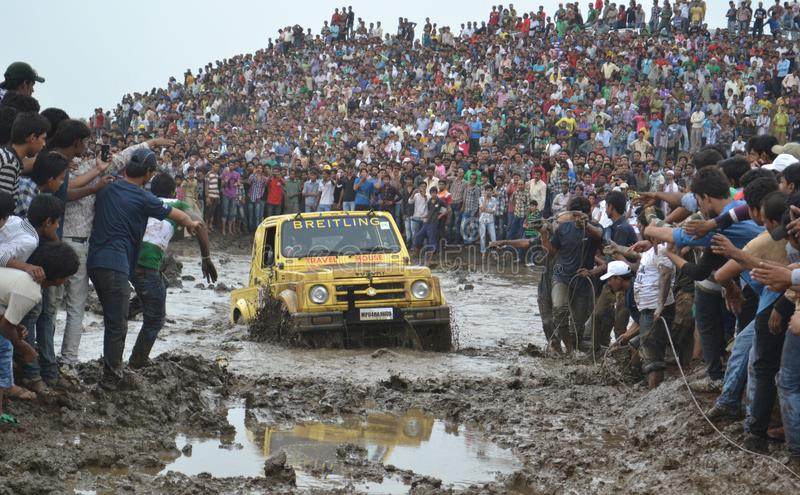 O carro do desafio da lama reagrupa im bhopal, india fotos de stock