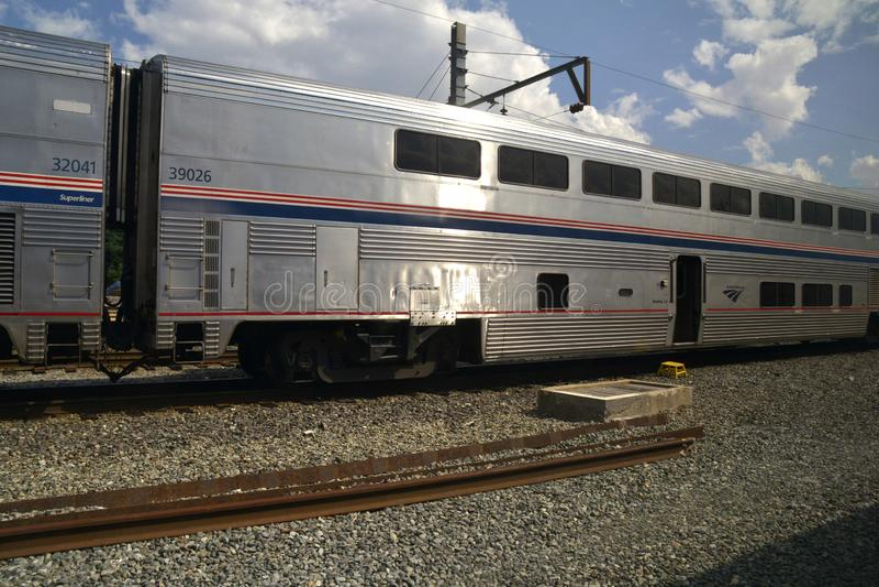 O carro do dorminhoco em um trem de Amtrak imagens de stock