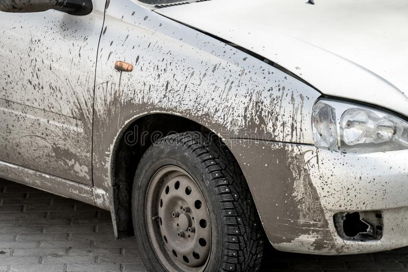 O carro está sujo na sujeira O carro após uma viagem na estrada imagens de stock