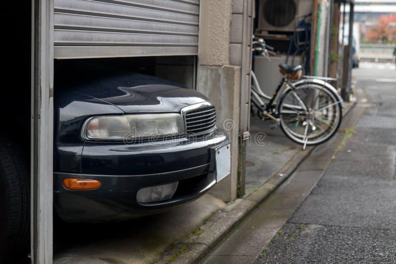 O carro estacionado excede o tamanho de uma garagem imagens de stock