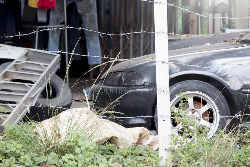 O carro estacionado na casa pode reparo do ` t imagens de stock royalty free