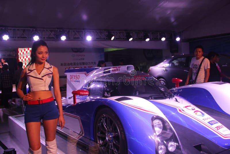 O carro F1 e os modelos na exposição do automóvel fotos de stock