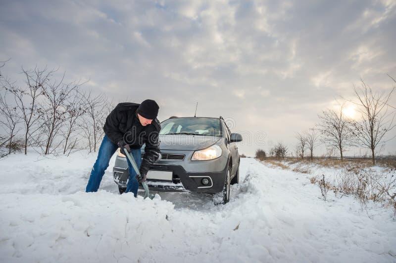 O carro furou na neve imagens de stock