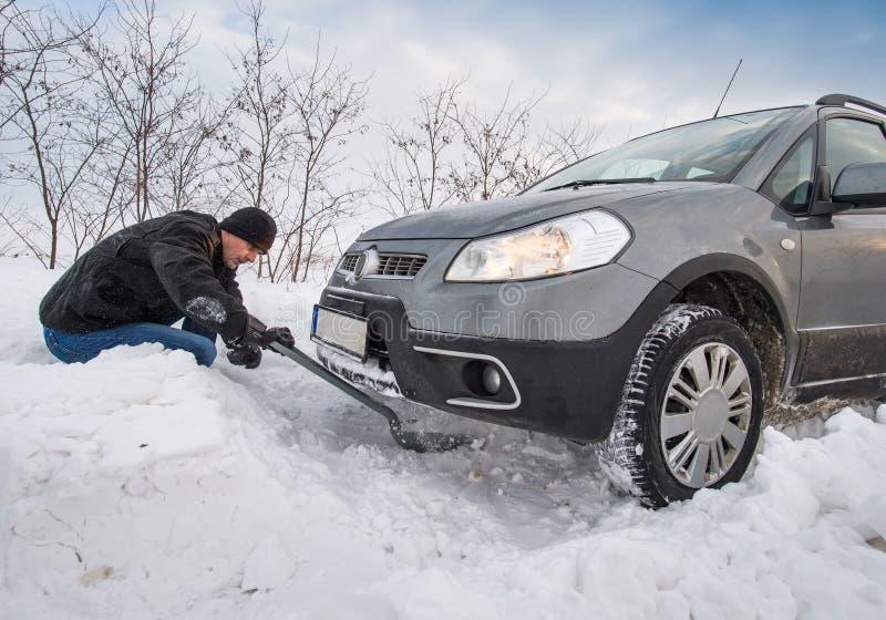 O carro furou na neve imagem de stock