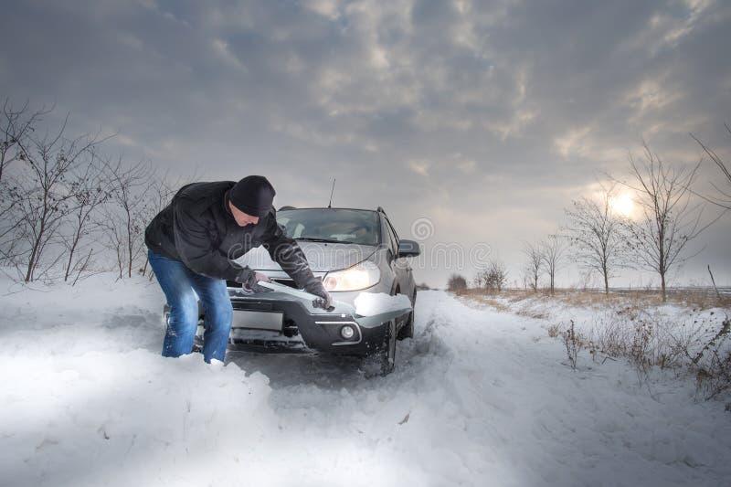 O carro furou na neve imagens de stock royalty free