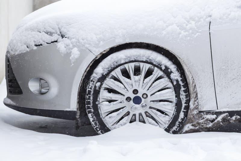 O carro furou na neve fotos de stock