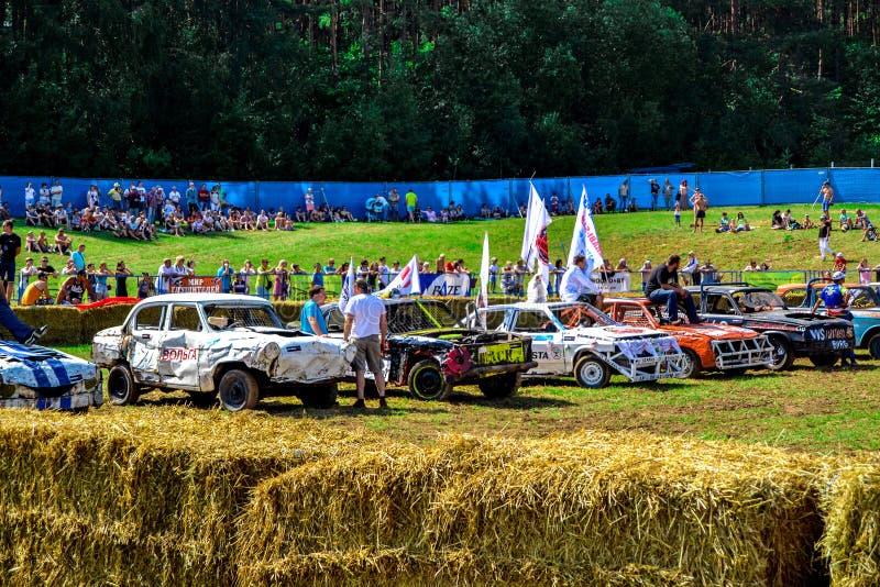 O carro luta em um dia de verão em um grande prado imagens de stock royalty free