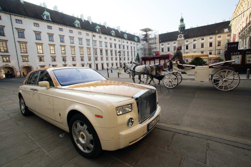 O carro luxuoso de Rolls Royce estacionou no palácio de Hofburg em Viena imagens de stock royalty free