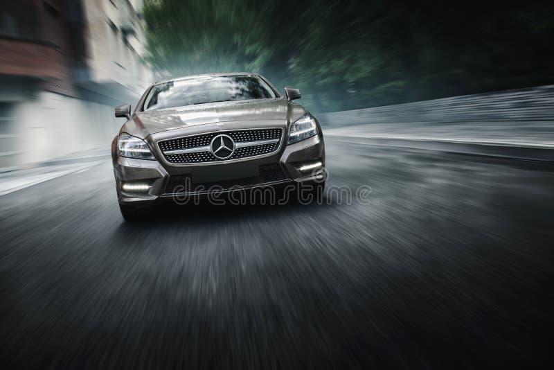 O carro 4MATIC de Mercedes-Benz CLS 500 é movimentação perto dos prédios de escritórios em Moscou fotografia de stock royalty free
