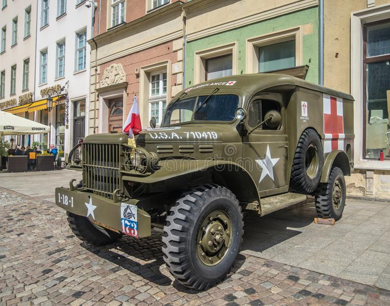 O carro militar da ambulância de Dodge do americano idoso estacionou fotografia de stock royalty free