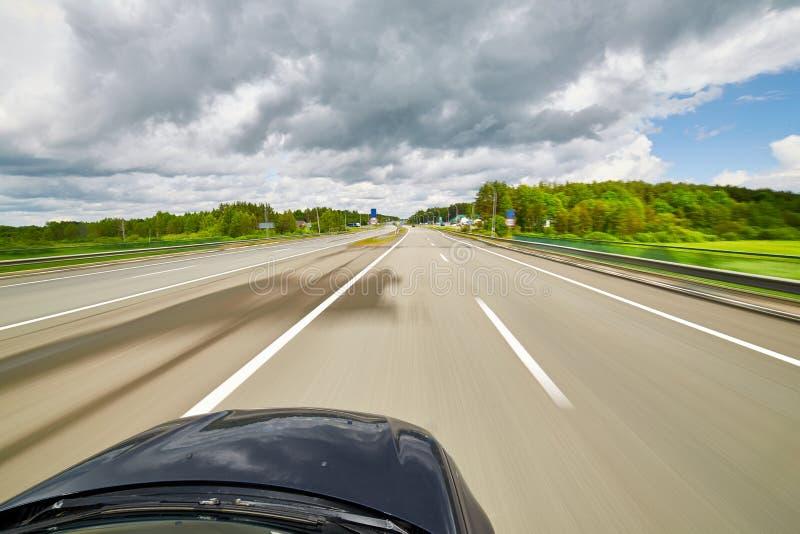 O carro move-se na grande velocidade no dia ensolarado imagens de stock royalty free