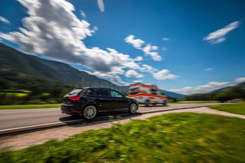 O carro na alta velocidade leva à estrada da ambulância fotos de stock royalty free