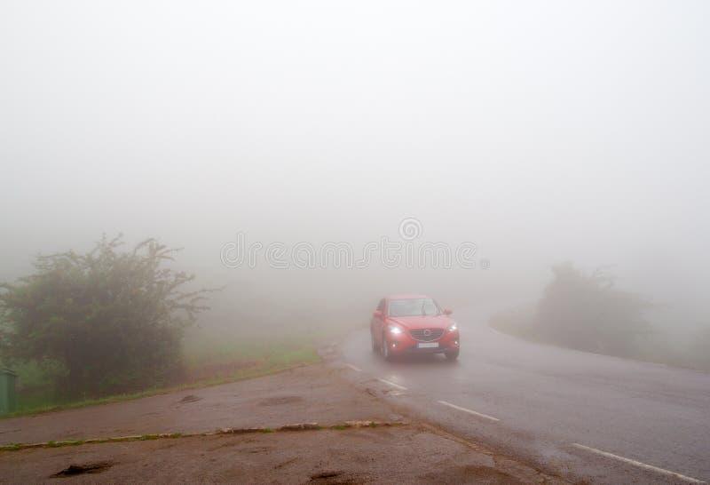 O carro na névoa densa foto de stock