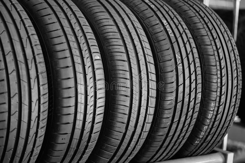 O carro novo monta pneus o fundo imagens de stock
