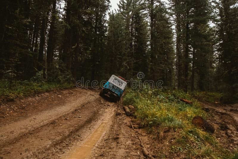 O carro offroad na floresta imagens de stock royalty free