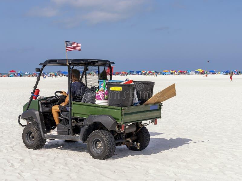O carro para a recolha de lixo da praia imagens de stock royalty free