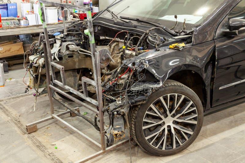 O carro preto após um acidente sério com quebrado completamente fotos de stock