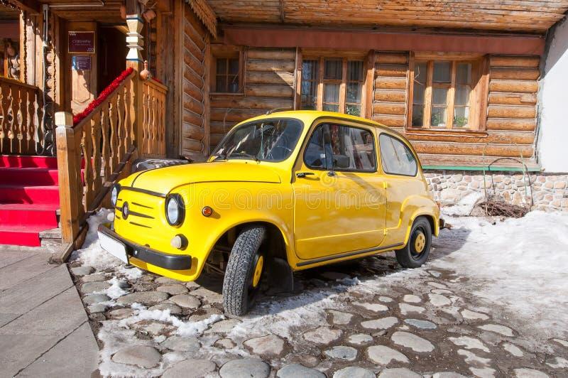 O carro retro de Zaz estacionou no território do museu Rússia velha refletida complexo do Kremlin de Izmailovo com construção de  fotografia de stock royalty free