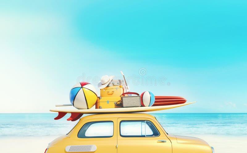 O carro retro pequeno com equipamento da bagagem, da bagagem e da praia no telhado, embalado inteiramente, apronta-se para férias fotografia de stock royalty free