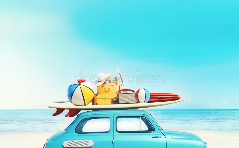 O carro retro pequeno com equipamento da bagagem, da bagagem e da praia no telhado, embalado inteiramente, apronta-se para férias foto de stock