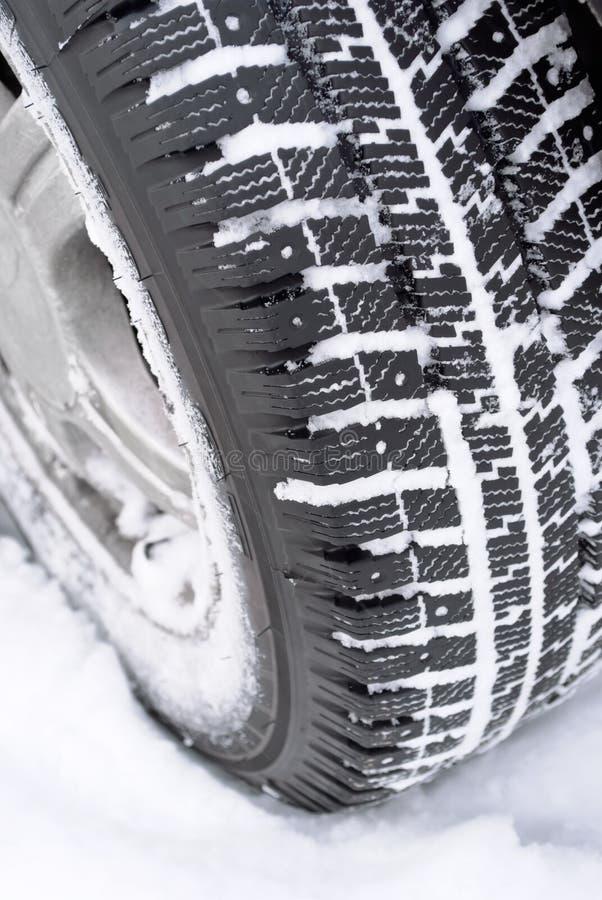 O carro roda dentro a neve foto de stock royalty free