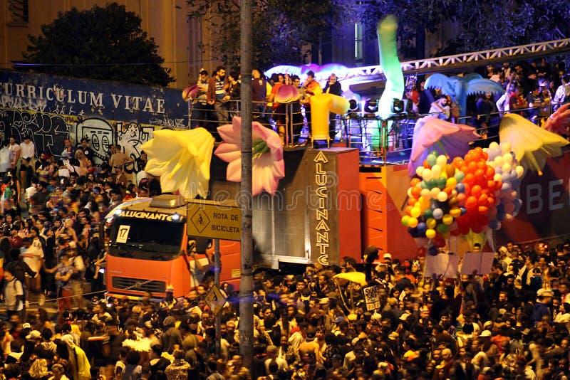 O carro sadio cercou por participantes felizes durante a parada de LGBT 2018 em São Paulo fotografia de stock royalty free
