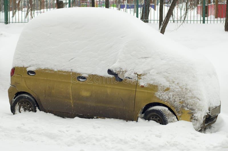 O carro sob a neve na cidade Moscovo fotografia de stock royalty free