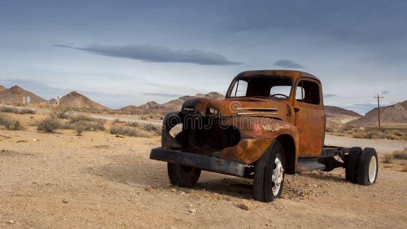O carro velho clássico deteriora em um prado foto de stock