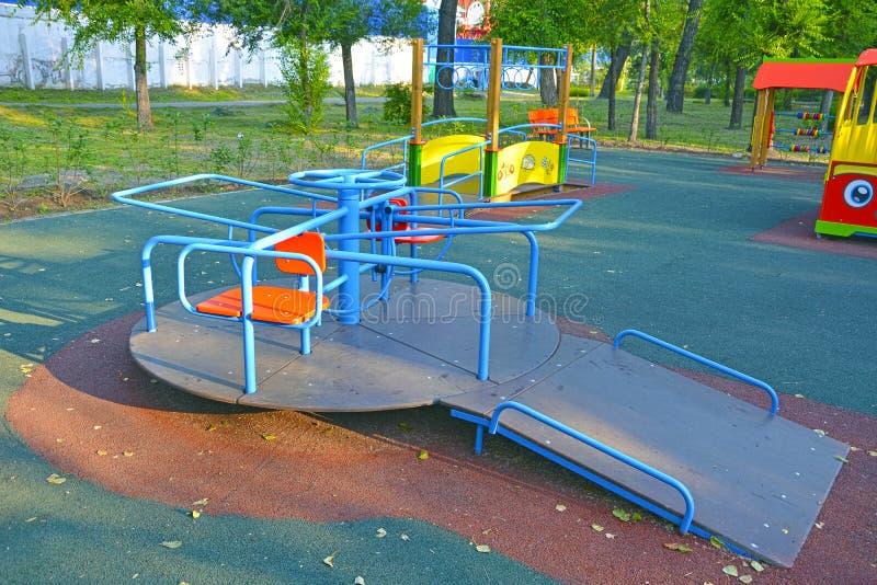O carrossel revolvendo das crianças no parque, para crianças com inabilidades R?ssia imagem de stock