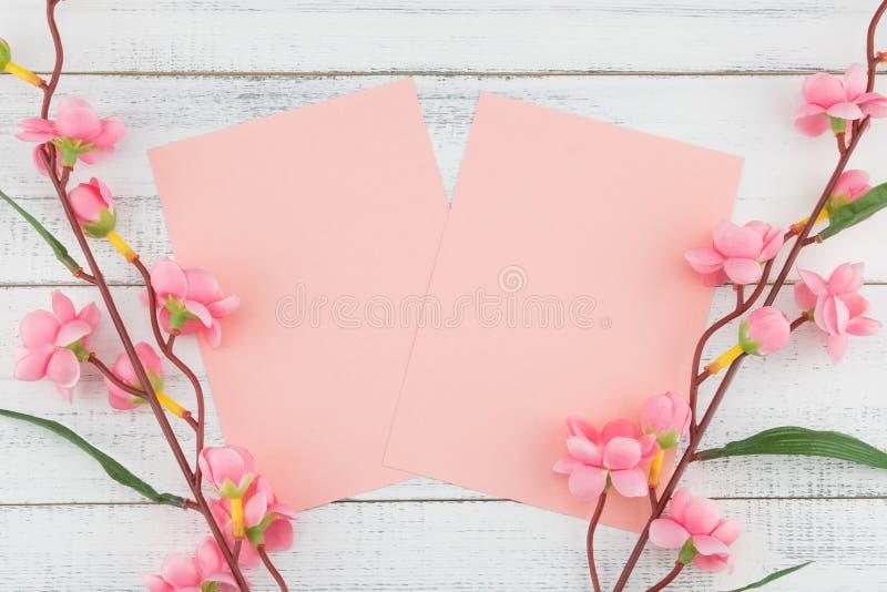 O cartão cor-de-rosa vazio decorado com a flor cor-de-rosa falsificada ramifica imagens de stock