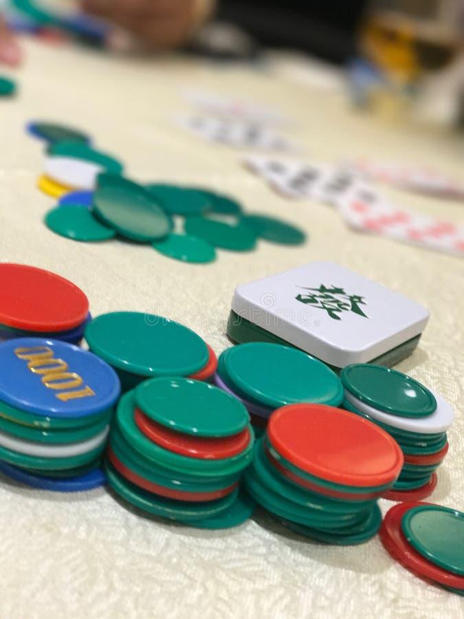 O cartão e o metal de jogo de microplaqueta encaixotam a palavra afortunada chinesa fotos de stock