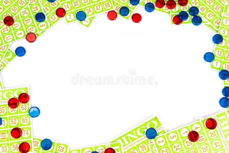 O cartão e a microplaqueta do Bingo arranjam para ter o fundo center do espaço imagens de stock