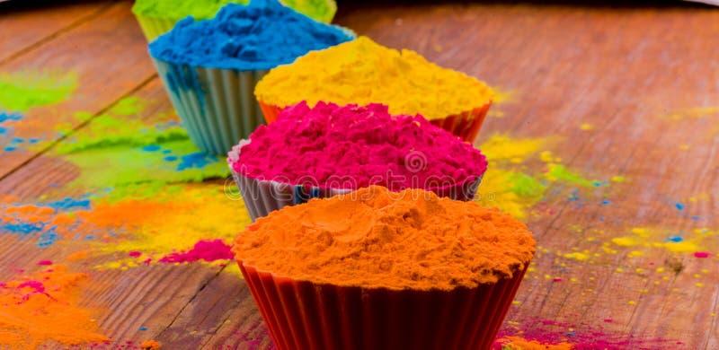 O cartão feliz de Holi projetou mostrar o alimento tradicional, flores indianas e as cores doces e salgados do pó arranjadas sobr fotografia de stock royalty free