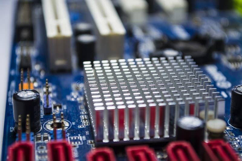 O cartão-matriz velho do computador da cor azul Textura Peças sobresselentes reparo Detalhes do computador pessoal fotos de stock royalty free
