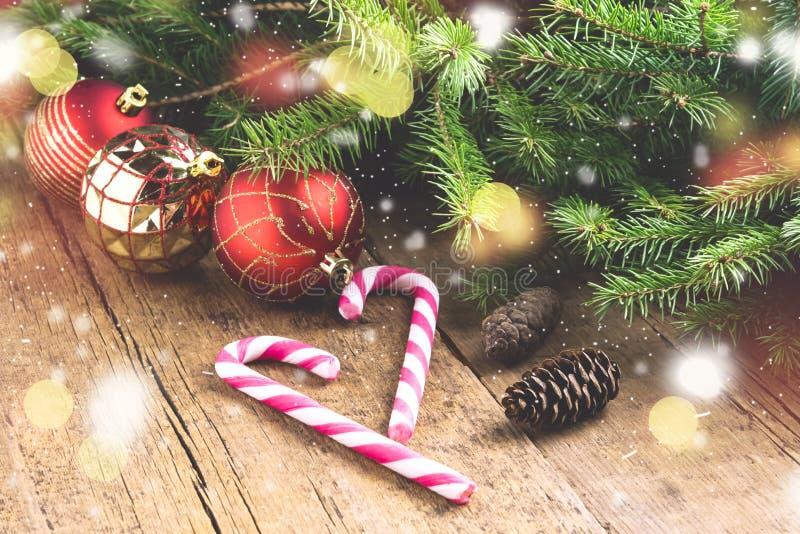 O cartão para os feriados do Natal enfeita o fundo de madeira Li do Natal do fundo dos brinquedos de Cane Christmas dos doces dos fotos de stock royalty free
