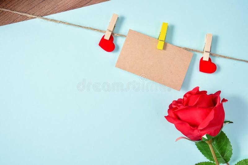 O cartão vazio com amor, corda do cânhamo e aumentou, dia do ` s da mãe, dia do ` s do Valentim, vista superior, placa para o tex imagem de stock