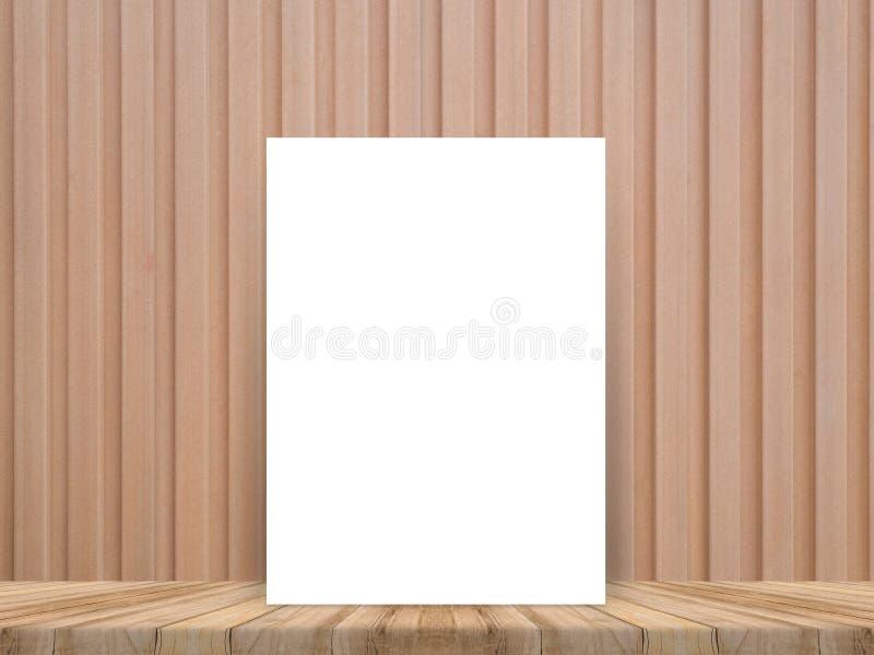 O cartaz branco vazio que inclina-se no tampo da mesa de madeira tropical com a parede de madeira da prancha, zomba acima do fund foto de stock royalty free