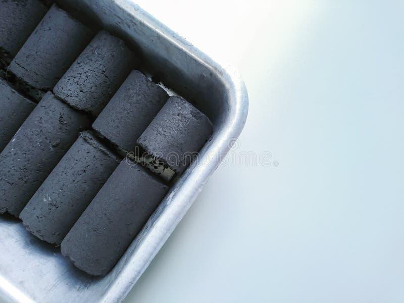 O carvão amassado do carvão vegetal do shell do coco fotografia de stock royalty free