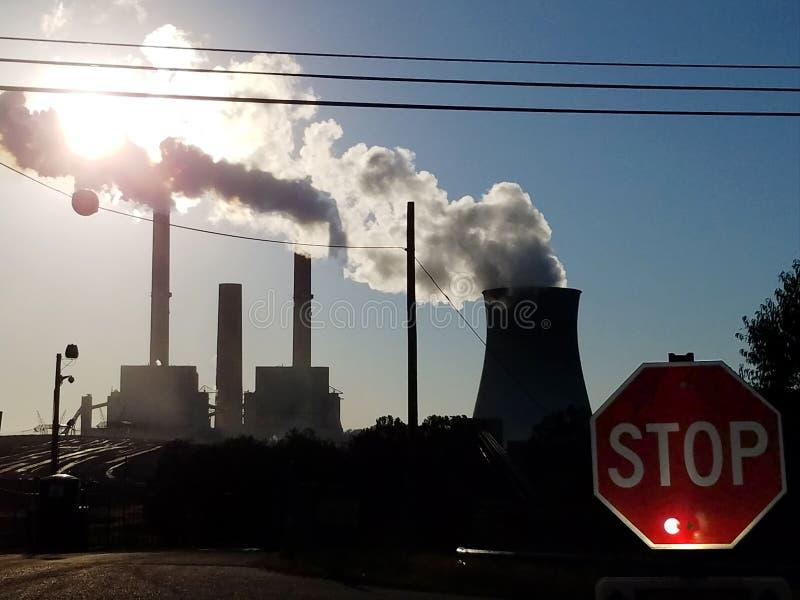 O carvão e o central nuclear com um tráfego param o sinal fotos de stock royalty free