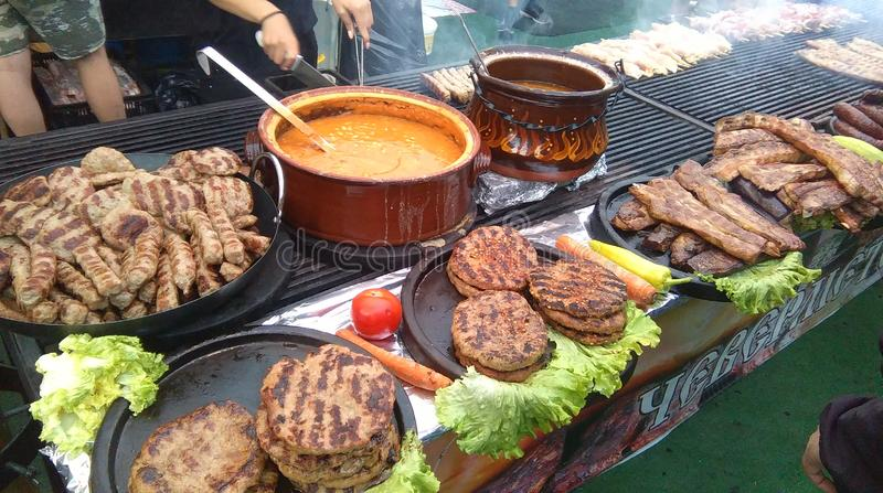 O carvão vegetal grelhou o alimento natural Recolhimento slavic do campo foto de stock royalty free