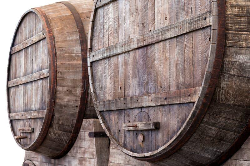 O carvalho barrels em uma adega, em uma cervejaria ou em uma destilaria foto de stock