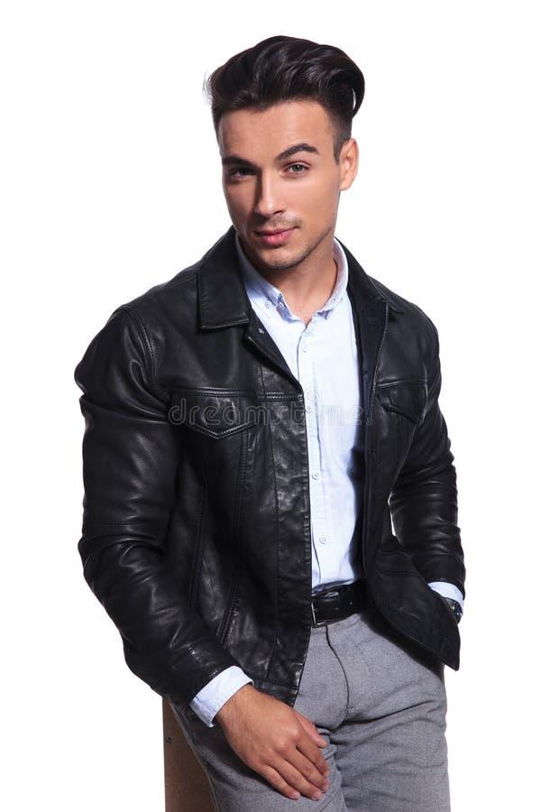 O casaco de cabedal vestindo do homem ocasional esperto relaxado guarda bolsos imagens de stock