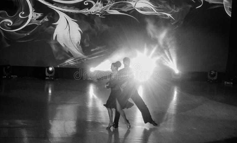O casal está dançando na cena do tango imagens de stock royalty free