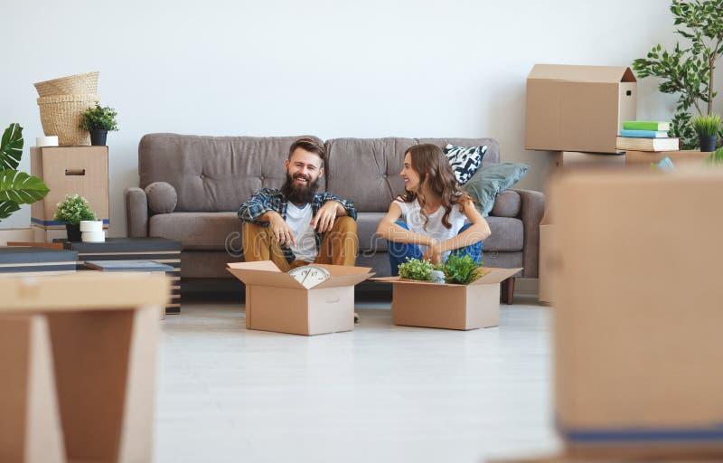 O casal novo feliz transporta-se ao apartamento novo imagens de stock royalty free