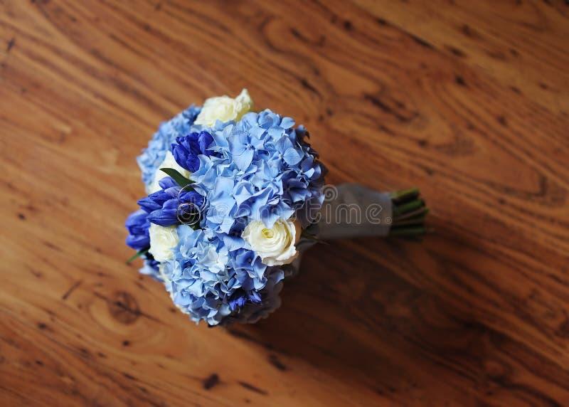 O casamento bonito floresce o ramalhete e as alianças de casamento foto de stock royalty free