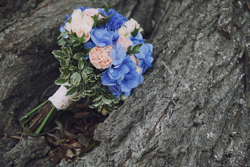 O casamento do ramalhete floresce o azul com rosa na árvore imagem de stock