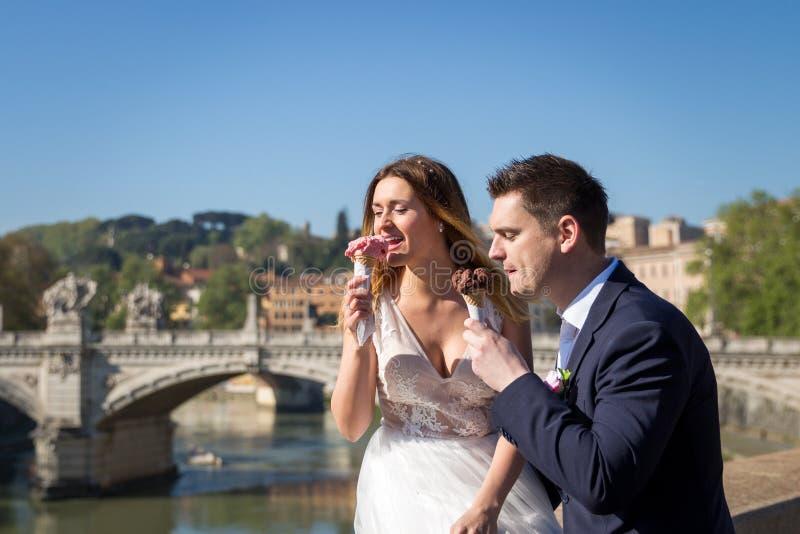O casamento dos noivos levanta com gelado no Vaticano no b fotos de stock