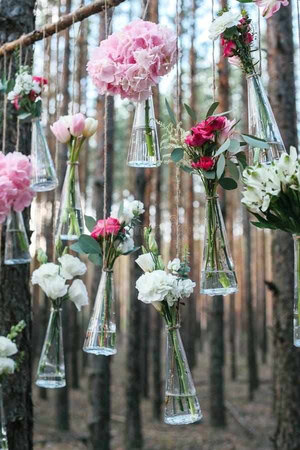 O casamento floresce o arco da decoração na floresta a ideia de uma decoração da flor do casamento fotos de stock