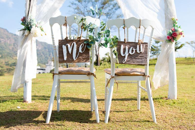 O casamento mim e você assina em cadeiras fotos de stock